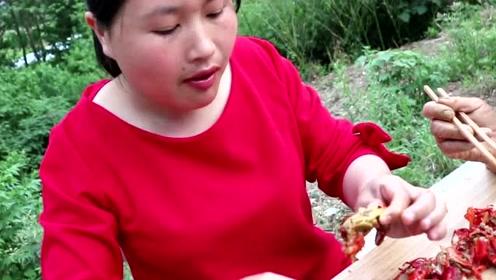胖妹5斤小龙虾3斤大蒜,农村土灶爆炒太香了,一盆啃光还不过瘾!