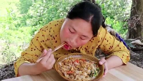 胖妹吃了30年的米饭第一次吃河粉,没想到一口就能吃上瘾,太馋人