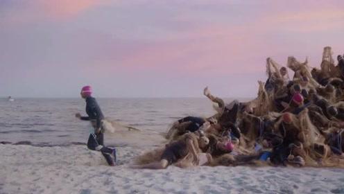 丹麦公益广告:当沙滩上漠不关心的人类,也遭遇海洋面临的浩劫!