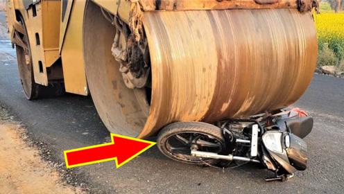 压路机间隙那么小,能从摩托车上压过去吗?现场刺激又过瘾!