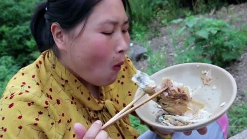 农村鱼头都得这么焖,胖妹花了30元做鱼头泡饼,奶奶都馋哭了