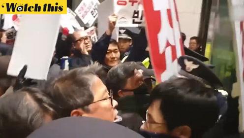 韩国市民在国会前谴责执政党试图闯入国会 与警方产生激烈冲突