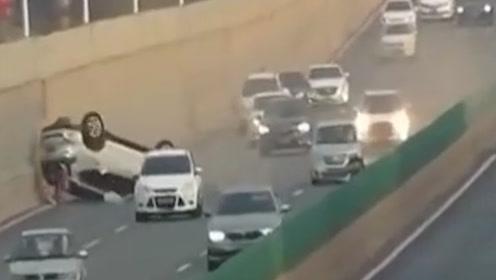 两车高架桥上斗气!无辜越野遭顶翻底朝天地上连转3圈