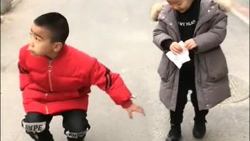两个小孩看到地上有一百块钱,两人的做法搞笑了!