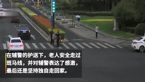 老太推轮椅过马路! 路人辅警齐护送
