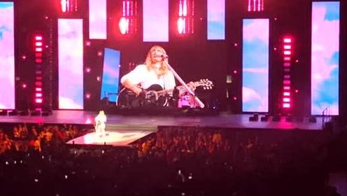 Taylor Swift弹唱热单《长长长》和《22》,全场观众大合唱