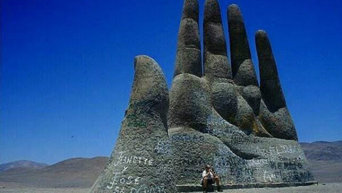 """《西游记》中压住孙悟空的""""五指山"""",藏着智利沙漠之中,却被过往游客涂鸦"""