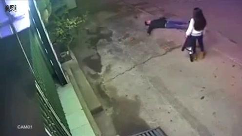 情侣街头吵架男子拿板砖砸自己脑门 女友的举动让他尴尬了