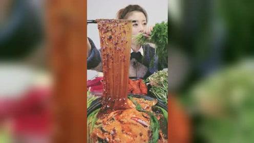 为了上热门,小姐姐吃得这是什么生菜?