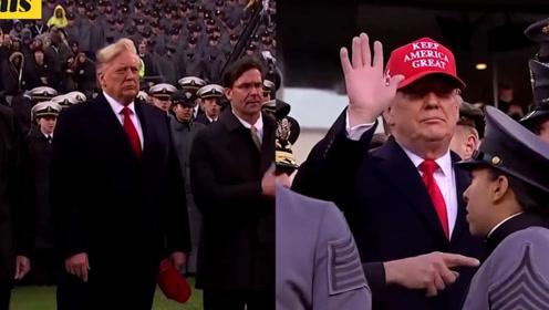 特朗普出席陆军海军橄榄球赛 头发被风吹起赶忙戴帽子遮住