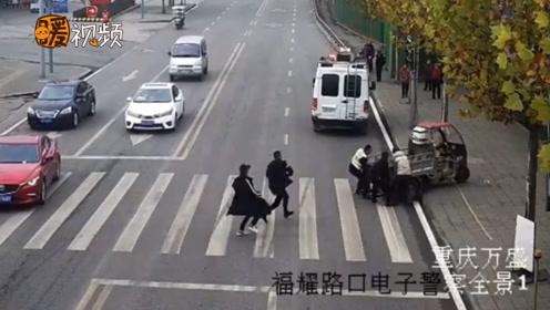 超暖!小孩过马路被卷入三轮车底 半分钟内十几人冲过来抬车救人
