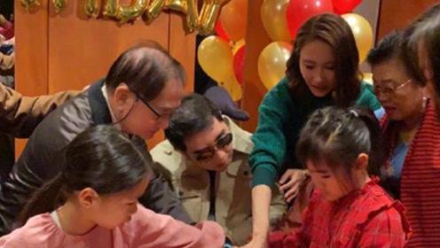 黎姿与家人为82岁父亲庆生,她仨女儿侧面出镜浓眉大眼像极妈妈