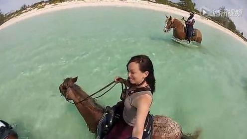 这么会玩   美女骑马下海游玩水