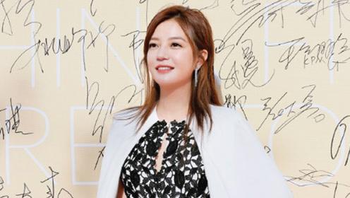 身价57亿的赵薇开私人飞机去度假,而李湘的度假照也能引起争议