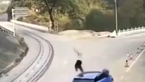 摩托猛撞SUV 骑士狠狠的摔在了地上