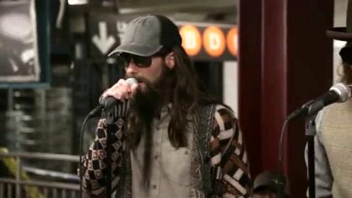 """Maroon 5与肥伦在纽约地铁站乔装""""卖艺"""" 令人惊喜"""