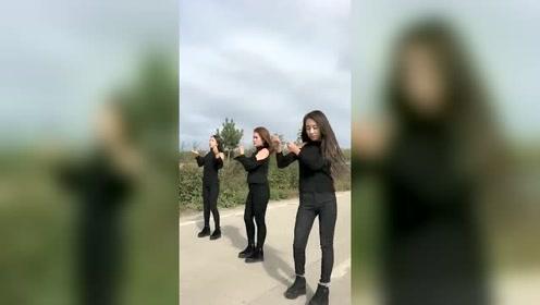农村姑娘自创的一个舞蹈,跳的真有趣,这三个美女喜欢哪个?