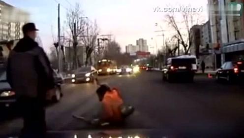 战斗民族司机路遇残疾老人,不顾朋友劝阻,没想到最后是这个结局