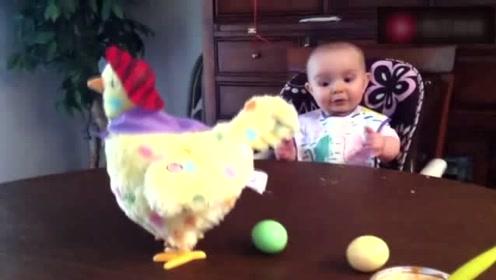 玩具鸡突然下蛋,把宝宝吓一跳