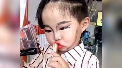 3岁女童拿母亲化妆品化妆   网友看她化眉的样子 将来肯定逆天