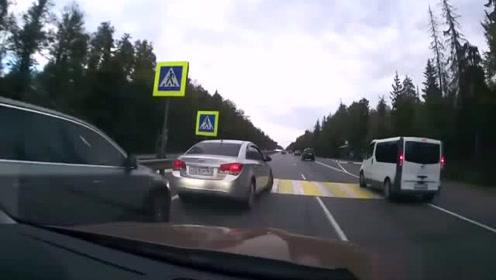此处竟然设这样的人行道 酿造连环车祸