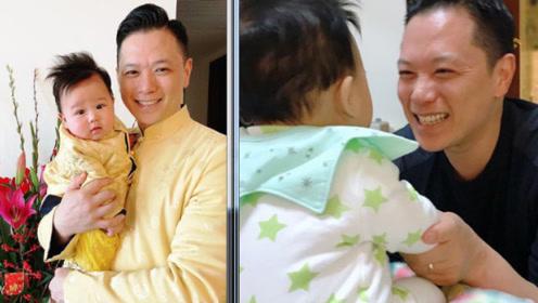 胡杏儿老公与儿子穿亲子装合照,儿子嘴角上扬很可爱