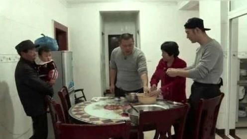 回农村老家过年的黄晓明和妻子, 与老人们一起包饺子