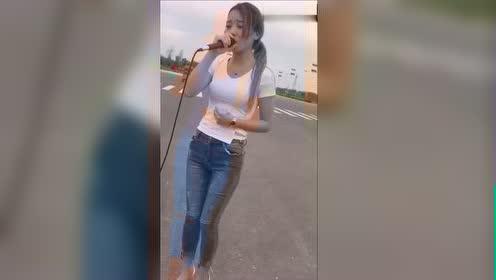 这个在路边唱歌的美女火了 一首《我们不一样》红遍大街小巷