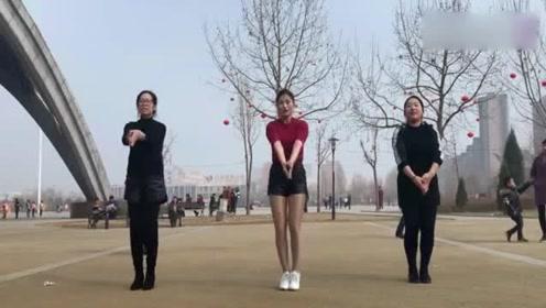 三个女人一台戏,广场舞更是一个比一个美!