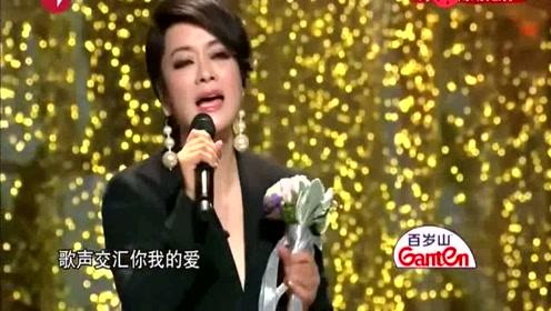 现场她要求清唱不放音乐,赢得了台下大腕们激烈的掌声!