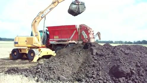 抓取有机肥的农业设备,再将肥土撒向田地