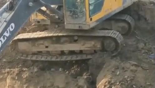 太险了,挖掘机链条卷入钢板,这小松1250的驱动真有劲