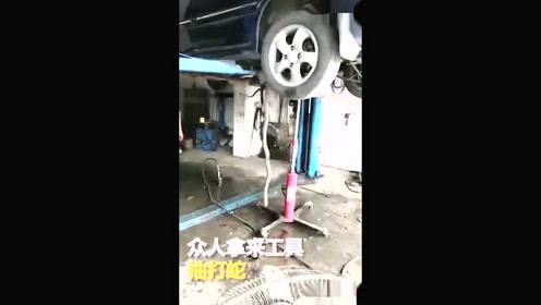 汽车常有异响被送检 底座竟藏有一条眼镜蛇