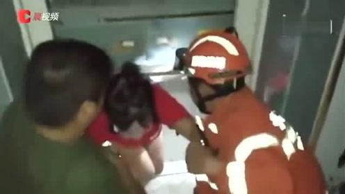怀化一商场电梯困人,怀化消防从半米宽空隙徒手拉出7人