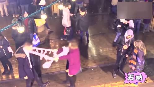 女友扑向男友 却因太沉把男友砸在地上