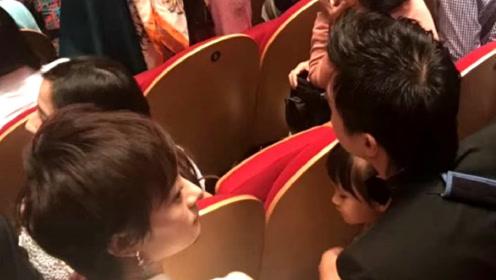 邓超孙俪出席儿子幼儿园汇报演出,小花在爸爸怀里神情与妈妈同步