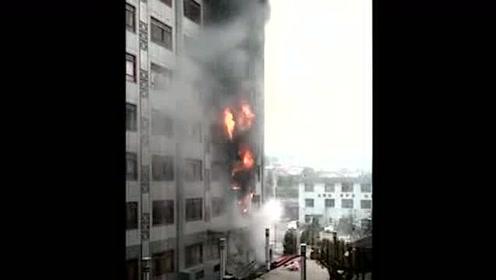黔南贵定一医院发生火灾 现场火势冲天