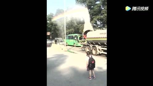 长这么大第一次看到用汽车人工制造彩虹,这也太神奇了
