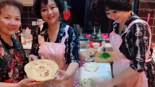 鞠萍姐姐做葱油饼颠勺专业 无意暴露儿子择偶标准