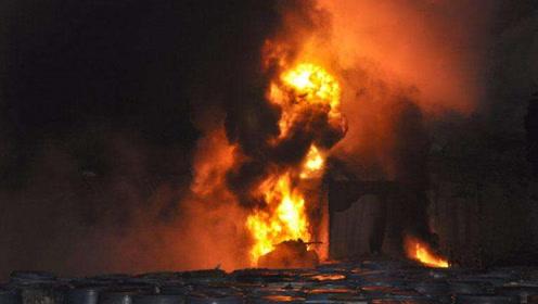 墨西哥米纳蒂特兰国家炼油厂凌晨起火 迅猛火苗空中燎窜