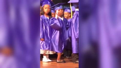 有范儿,美国小女孩从幼儿园毕业,在现场手舞足蹈