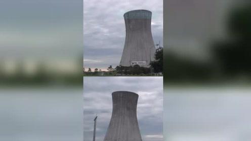 """美国""""双胞胎""""冷却塔同时被爆破拆除 瞬间升起滚滚白烟"""