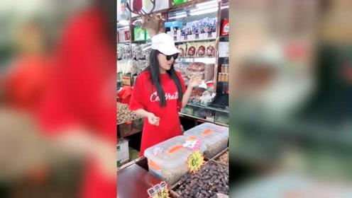 张馨予一身红衣现身超市 变身吃货吃不停