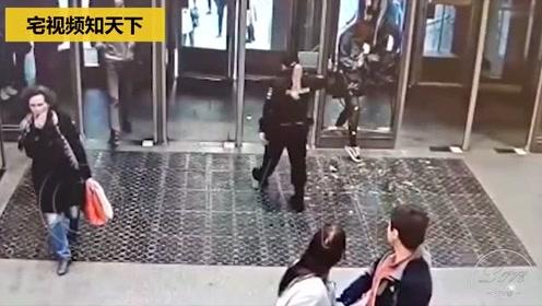 悲剧了!女子看手机太投入径直撞向玻璃门 一头将玻璃撞碎
