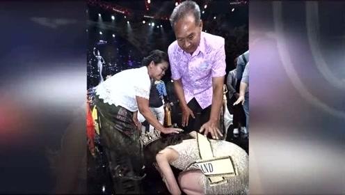 泰国美女获选美冠军后哭着跪拜父母:我们有家了