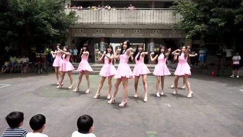 清纯女生校园舞蹈表演,舞姿非常优雅,教室外围满了学生