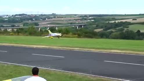 外国人制造出体形巨大的飞机模型
