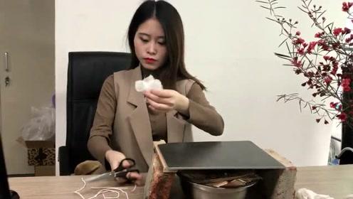 办公室小野:小野创意美食遭遇滑铁卢 瓷砖煎牛排失败