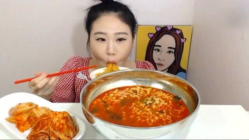 韩国大胃王卡妹,吃一碗方便面,配上辣白菜,大口吸面,吃得真香