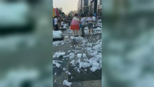 辽宁营口高温破纪录 市民摔冰块解暑